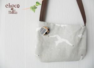 ヴィンテージの布を使用したブローチ。使い方例:ポシェットサイズのバッグに付けてみて。